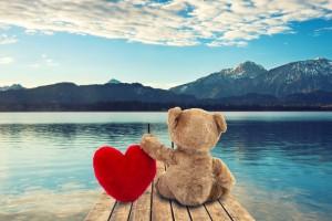 Teddy mit Herz am See